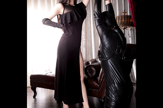 ロングドレスとサテングローブ